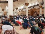 salat-jumat-berjamaah-di-masjid-raya-mujahidin-pontianak-as.jpg