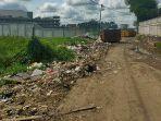 sampah-yang-menumpuk-di-jalan-siaga-desa-sungai-raya-sd.jpg