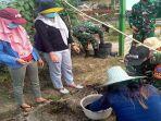 satgas-pamtas-ri-mly-yonif-642kps-di-pos-temajuk-dan-warga-setempat-menanam-sayuran-dan-tanaman.jpg