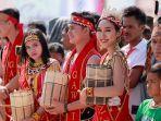 sejumlah-bujang-dan-dara-dayak-saat-di-festival-budaya-dayak-ke-1-kalbar.jpg