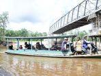 sejumlah-warga-menyebrangi-sungai-menggunakan-perahu.jpg