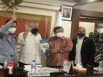 senator-asal-kalimantan-barat-kalbar-sukiryanto-menyerahkan-proposal-3311.jpg