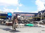 seorang-pedagang-keliling-berjalan-melintasi-lokasi-kebakaran-436.jpg