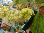 seorang-penjual-kulit-ketupat-menjaga_20150922_221659.jpg