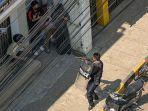 seorang-polisi-mengarahkan-senjatanya-ke-orang-orang-di-taunggyi.jpg