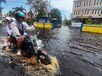 seorang-warga-menerjang-genangan-banjir-menjemput-anak-sekola32.jpg