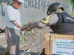 sosok-bripka-agus-polisi-yang-bagikan-nasi-bungkus-dan-masker-gratis-bantu-warga-terdampak-pandemi.jpg
