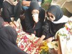 suasana-pemakaman-ayah-olla-ramlan_20180605_160458.jpg