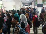 tampak-ratusan-pelamar-mengantre-di-kantor-bkpsdm-provinsi-kalbar-awe.jpg