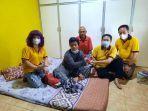 tim-sosial-xing-fu-menyerahkan-bantuan-pengobatan-penederita-infeksi-pasca-operasi-rahim.jpg