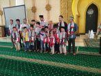 ulama-muda-palestina-saat-foto-bersama-anak-dan-warga-saat-mengisi-kegiatan-safari-ramadanfrtvhmi.jpg