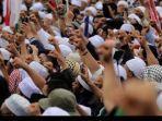 umat-muslim-mengikuti-aksi-212-di-depan-kompleks-parlemen-senaya.jpg