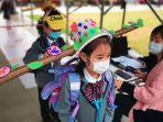 uniknya-siswadi-china-saat-masuk-sekolah-perdana-pasca-lockdown-corona-dibuka-gunakan-topi-khusus.jpg