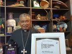 uskup-agung-pontianak-mgr-agustinus-agus-ucapkan-terima-kasih-untuk-indonesia-award-center.jpg