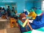 vaksinasi-di-smpn-6-belitang-hilir2434354.jpg