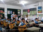 viral-murid-dan-guru-nyanyi-lagu-kartonyono-medot-janji.jpg