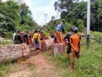 warga-desa-bergotong-royong-membantu-membersihkan-jalur-row.jpg