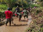 warga-dibantu-tni-babinsa-koramil-1202-06salamantan-bersihkan-drainase-yang-tersumbat.jpg