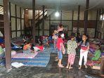 warga-mengungsi-akibat-banjir-ke-gedung-aula-kantor-lurah-condong-singkawang-utara.jpg
