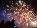 warga-menyaksikan-letusan-kembang-api-malam-tahun-baru-2018.jpg