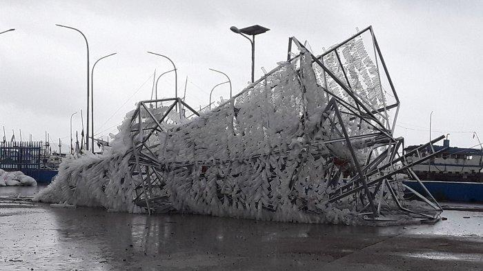 Hujan Disertai Angin Kencang, Pohon Natal Terbesar di Labuan Bajo Roboh