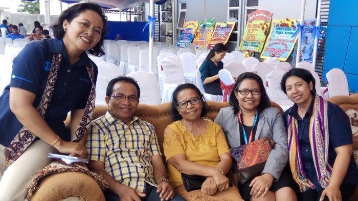 Operations Manager Panin Bank KCU Kupang, Beatrix Ernesta Puteri (kedua dari kanan) bersama krue Pos Kupang