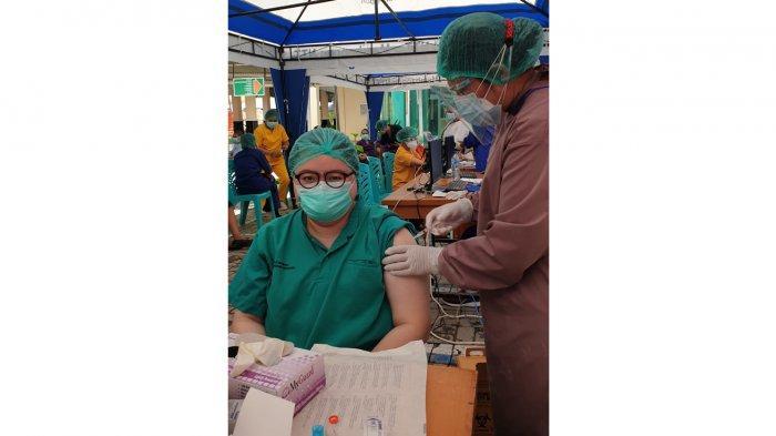 dokter Cindy Carrissa Primaputri saat menjalani vaksin Covid-19