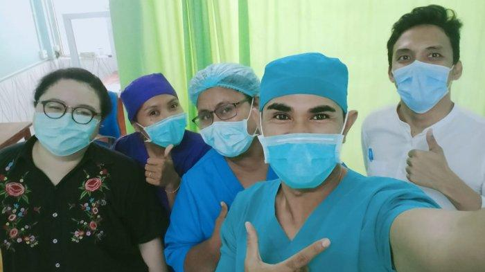 dokter Cindy Carrissa Primaputri bersama rekan kerjanya