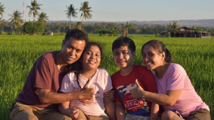 Darius Beda Daton, SH, Kepala Perwakilan Ombudsman NTT bersama istri, Imelda K Ola Ina dan anak Antonio guevarra Kia Usen dan Veronika Barek Miten