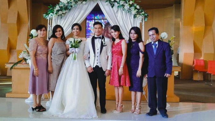 Dewi Melania Trianty Leba, SH. M.IKom alias Dewi Leba bersama keluarga dalam acara pernikahan salah seorang saudaranya
