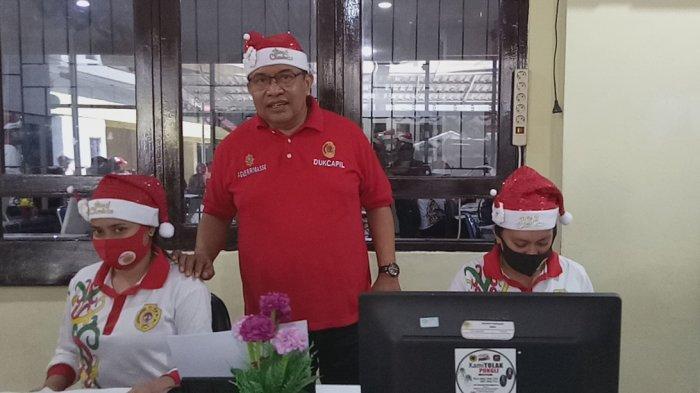 Kepala Dinas Dukcapil Kota Kupang, Drs. Agus Ririmasse, AP, M.Si bersama pegawai mengenakan pakaian dengan pernak pernik Natal untuk menyambut Hari Raya Natal 2020