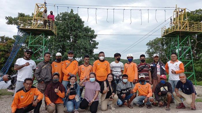 Anggota Kelompok Tani Hutan (KTH) Raknamo Baru Terbit, di Wahana Flying Fox Nononeten, salah satu wahana permainan yang ada di Lokasi Bendungan Raknamo, Kabupaten Kupang, Provinsi NTT