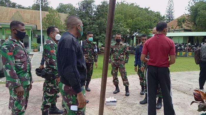 Kapten Kandidus Oni bersama rekan krjanya di RST Wirasakti Kupang, Senin (8/2/2021) siang
