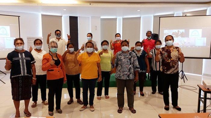 Pengurus Konsorsium Timor Adil dan Setara NTT bersama anggota Kelompok Usaha Perempuan di 8 desa di Kabupaten Kupang dalam lokakarya Multi Stakeholder untuk MendukungAkses Modal Bagi Kelompok Usaha Perempuan yang melibatkan Pemkab, Bank,Koperasi dan Pengusaha, di Hotel Amaris Kupang, 22-23 Februari 2021. (POS-KUPANG.COM/NOVEMY LEO)