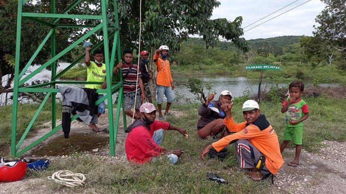 Petugas Kelompok Tani Hutan (KTH) Raknamo Terbit Baru di Wahana Flying Fox Nononeten yang ada di Lokasi Bendungan Raknamo, Kabupaten Kupang, Provinsi NTT