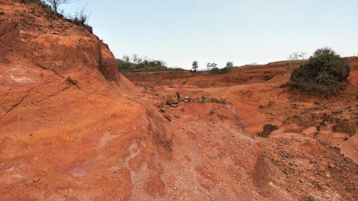 Bukit Tanarara Sajikan Perbukitan Berwarna Merah yang Esotik