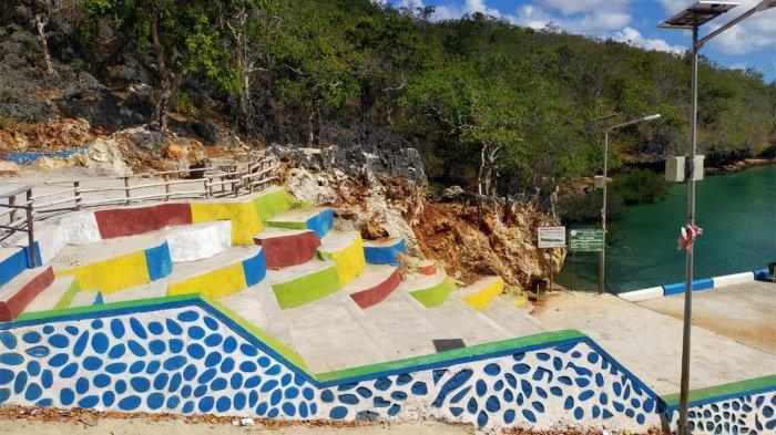 Salah satu area yang ada di lokasi wisata Pantai Mulut Seribu yang ada di Kabupaten Rote Ndao, Provinsi Nusa Tenggara Timur ( NTT ), Indonesia.