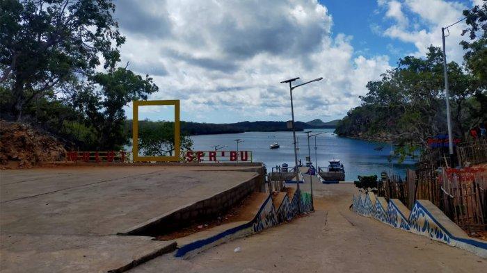 Area parkir di lokasi wisata Pantai Mulut Seribu yang ada di Kabupaten Rote Ndao, Provinsi Nusa Tenggara Timur ( NTT ), Indonesia.