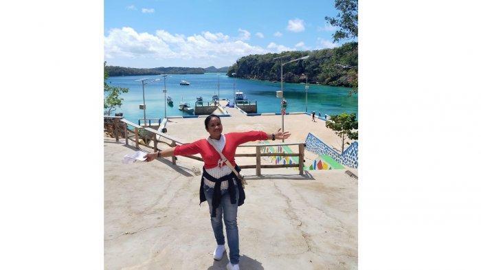 Fenny Pakae, wisatawan lokal di lokasi wisata Pantai Mulut Seribu yang ada di Kabupaten Rote Ndao, Provinsi Nusa Tenggara Timur ( NTT ), Indonesia.