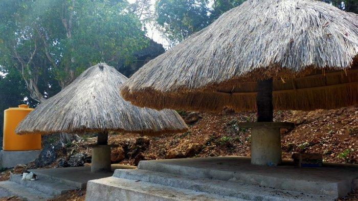 Lopo atau rumah berbentuk gazebo tempat wisatawan beritirahat jika berada di lokasi wisata Pantai Mulut Seribu yang ada di Kabupaten Rote Ndao, Provinsi Nusa Tenggara Timur ( NTT ), Indonesia.