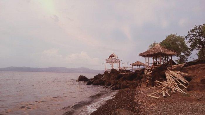 Wisata alam Pantai Air Panas Kawaliwu berada di Desa Sinar Habing, Kecamatan Lewolema, Kabupaten Flores Timur (FLotim), Provinsi Nusa Tenggara Timur ( NTT ),