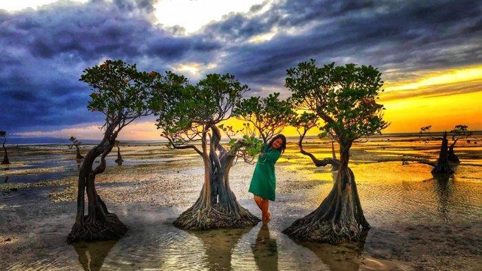 Ina Malo, wisatawan asal Kupang, NTT di Pantai Walakiri adalah salah satu objek wisata pantai yang ada di Desa Watumbaka, Kecamatan Pandawai, Sumba Timur, Nusa Tenggara Timur (NTT), Indonesia.