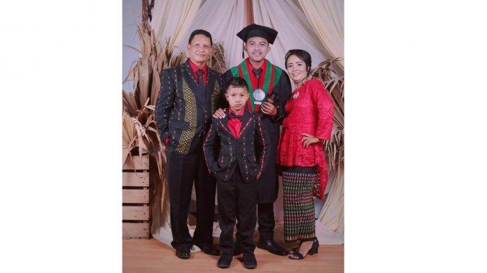 Pius Dakal, S.Pd, Kasek SMP 3 Maumere, bersama istri Fransiska Hendrianti, S.Pd dan anak Albrik Hendra Dasmin Dakal, S.E dan Mario Alberto Kurniawan Dakal.