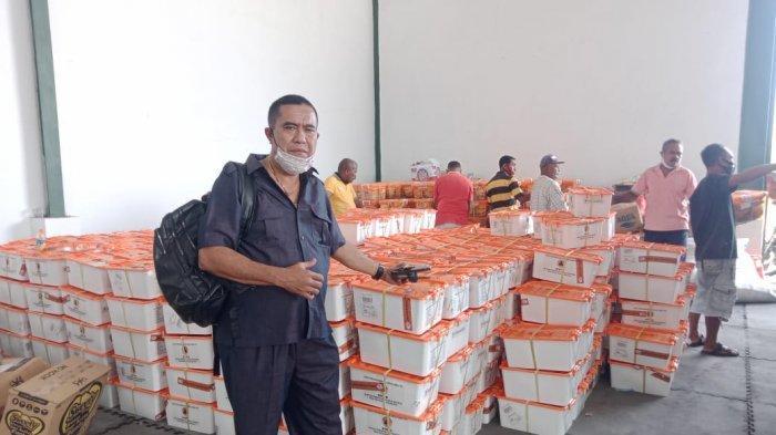 Soleman Ratukitu, SE, Direktur PT Mondira Kargo, mendroping bantuan dari BNPB Pusat kepada pengungsi korban Erupsi Gunung Lewotolok Lembata, beberapa waktu lalu.