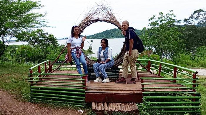 Wisatawan di wahana Manas, salah satu wahana permainan yang ada di Lokasi Bendungan Raknamo, Kabupaten Kupang, Provinsi NTT