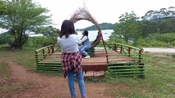 Wisatawan di Wahana Manas yang ada di Lokasi Bendungan Raknamo, Kabupaten Kupang, Provinsi NTT