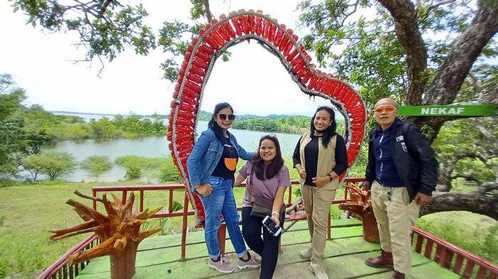 Wisatawan di Wahana Nekaf yang ada di Lokasi Bendungan Raknamo, Kabupaten Kupang, Provinsi NTT