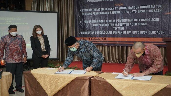Gubernur Aceh, Ir. H. Nova Iriansyah, MT., dan Presiden Direktur SBI, Aulia Mulki Oemar menandatangani kesepakatan bersama antara Pemerintah Aceh dengan SBI tentang pengelolaan sampah di TPA UPTD BPSR DLHK Aceh, disaksikan oleh Duta Besar Denmark yang diwakili oleh Head of Environment Sector, Julie Bulow Appleqvist dan Kadis LHK Aceh, A. Hanan, SP.