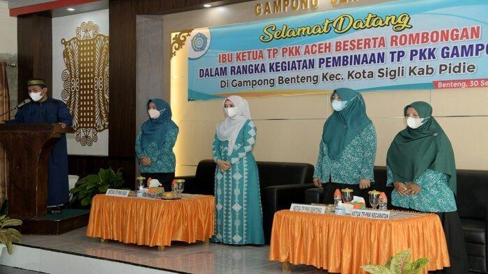 Ketua TP PKK Aceh, Dyah Erti Idawati memberikan arahan dan bimbingan dalam rangka Kegiatan Pembinaan Gampong Mawaddah Warrahmah (Gammawar) kepada Kader PKK di Gampong Benteng, Pidie, Kamis (30/9/2021)