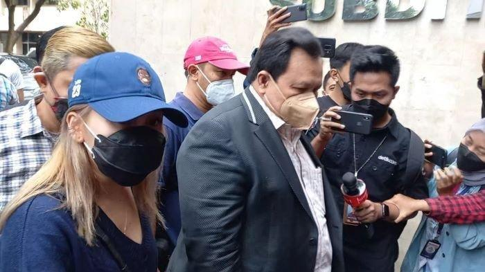 Pedangdut Ayu Ting Ting (memakai topi biru) ditemani Minola Sebayang, pengacaranya, kembali mendatangi Polda Metro Jaya, Semanggi, Jakarta Selatan, Selasa (14/9/2021). Ayu Ting Ting menjalani pemeriksaan setelah melaporkan haters pada 20 Agustus lalu.